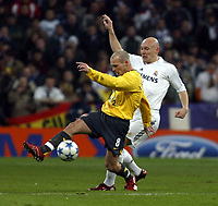Photo: Chris Ratcliffe.<br />Real Madrid v Arsenal. UEFA Champions League. 2nd Round, 1st Leg. 21/02/2006.<br />Thomas Graveson of Real Madrid tussles with Freddie Ljungberg of Arsenal.
