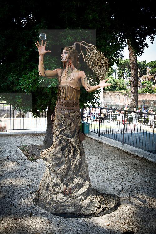 Artista nei pressi dei Fori Imperiali a Roma..Artist close the Imperial Fora in Rome