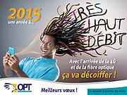 Image publicitaire d'un homme souriant avec les cheveux dans le vent tenant un smartphone en mains pour une campagne de publicité caléonienne de l'OPT de Nouvelle Calédonie.