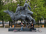 Teenager mit BMX Raedern waehrend einer Pause unter einem sozialistischen Reiter Monument.<br /> <br /> Teenager with bicycles having a break under a socialist horse rider monument.