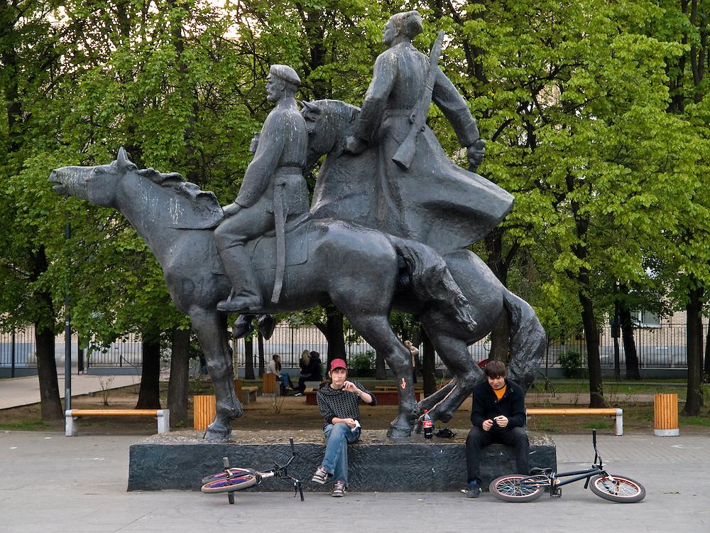 Teenager mit BMX Raedern waehrend einer Pause unter einem sozialistischen Reiter Monument.<br /> <br /> Teenager with bicycles having a break under a socialist horse rider monument.