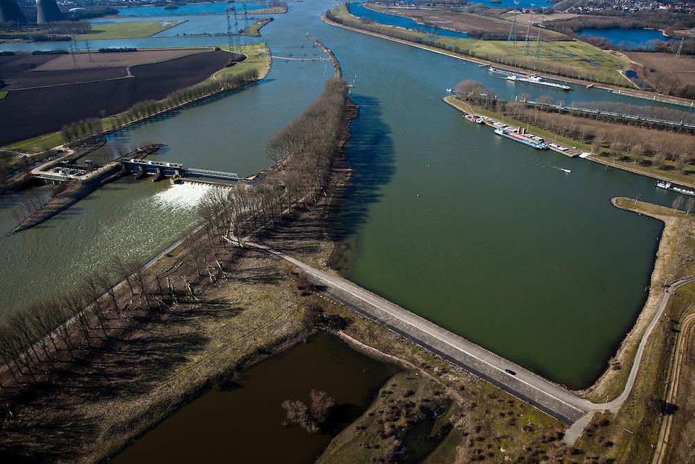Nederland, Limburg, Gemeente Maasgouw, 07-03-2010; onder in beeld de Overlaat van Linne, links de Stuw van Linne, met waterkrachtcentrale naast de stuw. Boven in beeld de ingang van het sluiscomplex van Heel (Lateraalkanaal).Linne Spillway and Linne Weir (l), with hydroelectric plant. Top: entrance to locks and Lateral canal. .luchtfoto (toeslag), aerial photo (additional fee required);.foto/photo Siebe Swart