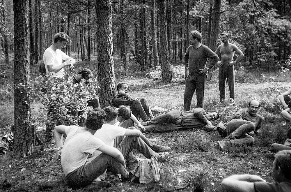 1978-lipiec-sierpień, Otwock - Orzysz. Szkoła Oficerów Rezerwy (SOR) obowiązkowe szkolenie wojskowe absolwentów wyższych uczelni cywilnych. Nz. Poranna zaprawa w lesie.