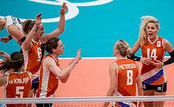 18-08-2016 BRA: Olympic Games day 13, Rio de Janeiro<br /> De Nederlandse volleybalsters hebben niet kunnen stunten met een plaats in de finale van het olympisch toernooi. China, dat in de groepsfase nog met 3-2 geklopt werd, won na een thriller van ruim twee uur: 3-1 (27-25, 23-25, 29-27, 25-23). / Laura Dijkema #14, Maret Balkestein-Grothues #6, Lonneke Sloetjes #10