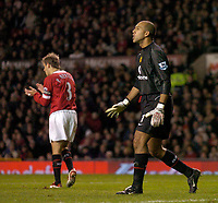 Fotball<br /> Foto: SBI/Digitalsport<br /> NORWAY ONLY<br /> <br /> Manchester United v Crystal Palace<br /> Coca-Cola Cup Fourth Round<br /> 10/11/2004<br /> <br /> Manchester United's Tim Howard (R) and Phil Neville offer encouragement to their players.