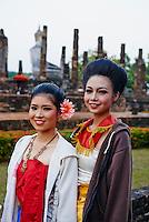 Thailande, province de Sukhothai, parc archeologique de Sukhothai, Wat Sa Sri, danseurs traditionels // Thailand, Sukhothai, Sukhothai Historical Park, Wat Sa Sri, traditional dancer