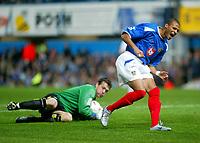 Fotball<br /> Foto: BPI/Digitalsport<br /> NORWAY ONLY<br /> <br /> Portsmouth v Leeds United<br /> Carling Cup third round. 26/10/2004.<br /> <br /> Diomansy Kamara stubs his toe against Neil Sullivan