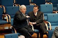 21.01.1999, Deutschland/Bonn:<br /> Helmut Kohl, CDU, Bundeskanzler a.D., und Gerhard Schröder, SPD, Bundeskanzler, im Gespräch, während der Bundestagsdebatte zur Finanz- und Wirtschaftspolitik auf den hinteren Stuhlreihen der CDU-BT Fraktion, Plenum, Deutscher Bundestag, Bonn<br /> IMAGE: 19990121-01/03-08<br /> KEYWORDS: Gerhard Schroeder