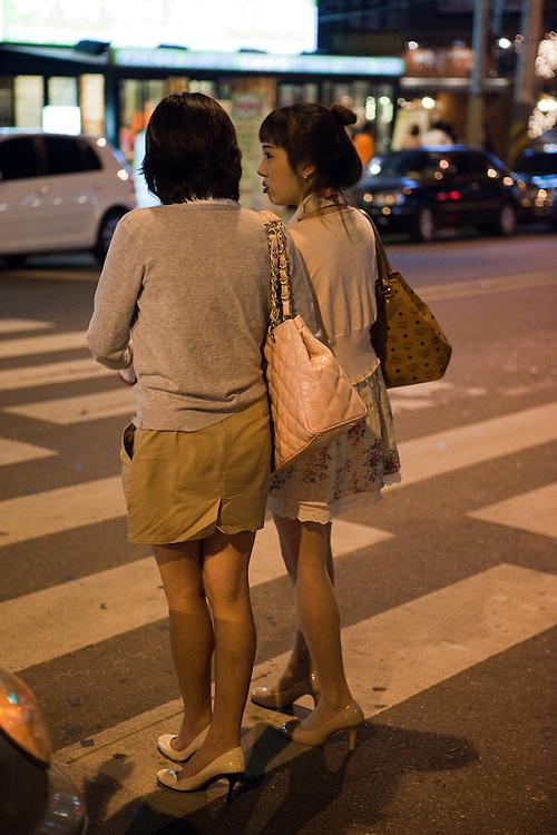 Junge Damen im abendlichen Hongdae Viertel. Dieses Gebiet vor der Hongik Universität ist vor allem für das Nachtleben bekannt. Hier befinden sich sehr viele Discotheken, Bars und Restaurants.<br /> <br /> Young ladies during evening at the Hongdae quater. Hongdae area is an entertainment area and clubbing district in northwest Seoul, South Korea - close to the Hongik University.