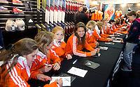 ROTTERDAM - Meet and Greet, handtekeningen verzamelen bij de hockey internationals in de Adidas stand tijdens de Rabobank Hockey World League. FOTO KOEN SUYK