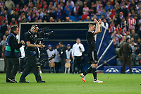 Chelsea´s Fernando Torres wave to the supporters at the ending of during Champions League semifinal first leg soccer match between Atletico de Madrid and Chelsea, at the Vicente Calderon stadium, in Madrid, Spain, April 22, 2014. (ALTERPHOTOS/Victor Blanco)