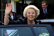 Koningin Beatrix bij vlootschouw jubileum KWVL, Loosdrecht. /// Queen Beatrix Jubilee naval review KWVL<br /> <br /> Op de foto / On the photo:  Koningin Beatrix vertrekt bij Koninklijke Watersport-Vereeniging 'Loosdrecht' (KWVL)