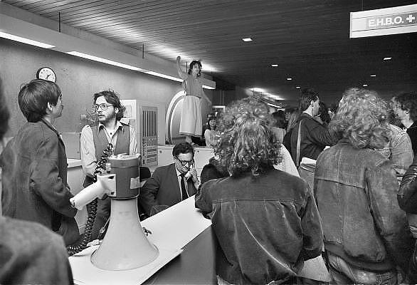 Nederland, Nijmegen, 10-10-1984Aktie van studenten tegen de wet op de studiefinanciering en hervormingen in het wetenschappelijk onderwijsdoor minister Deetman. Die kreeg te maken met grote demonstraties van studenten na de verhoging van de collegegelden en het verkorten van de studieduur.Hier een aktie op de Katholiek Universiteit, KUN, later Radboud, RU, die het Erasmusgebouw gaan bezetten.Foto: Flip Franssen/Hollandse Hoogte