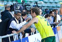 DEN HAAG - WK Hockey; Liam de Young staat Indiase journalist te woord. halve finale tussen Australie en Argentinie. COPYRIGHT KOEN SUYK