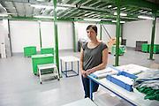 Evelyne (39 ans) dans l'usine de Sodimédical, à Plancy l'Abbaye. Elle est mère célibataire et a 10 ans d'ancienneté dans l'usine. Elle s'occupait des commandes. Depuis quatre mois les ouvrières de Sodimédical, à Plancy l'Abbaye (10) pointent tous les matins à 7h15 mais à la fin du mois aucun salaire ne tombe. En 2010 le groupe Lohmann & Rauscher a annoncé la fermeture de cette usine de matériel médical et le licenciement de ses 54 salariés pour délocaliser l'activité en Chine. Malgré plusieurs décisions de justice qui ont invalidé les plans sociaux , le groupe ne confie plus de travail aux ouvrières. Sans travail mais aussi sans chômage, les ouvriers sont chaque jour 8 heures à l'usine, tricotant, jouant aux cartes ou marchant en rond dans le parking, en attendant une décision.