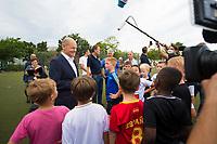 DEU, Deutschland, Germany, Potsdam, 06.08.2021: Olaf Scholz, Bundesfinanzminister und Kanzlerkandidat der SPD, bei einem Rundgang auf dem Vereinsgelände von Fortuna Babelsberg. Der Kanzlerkandidat kam mit Sportlern und Kindern des Vereins ins Gespräch.