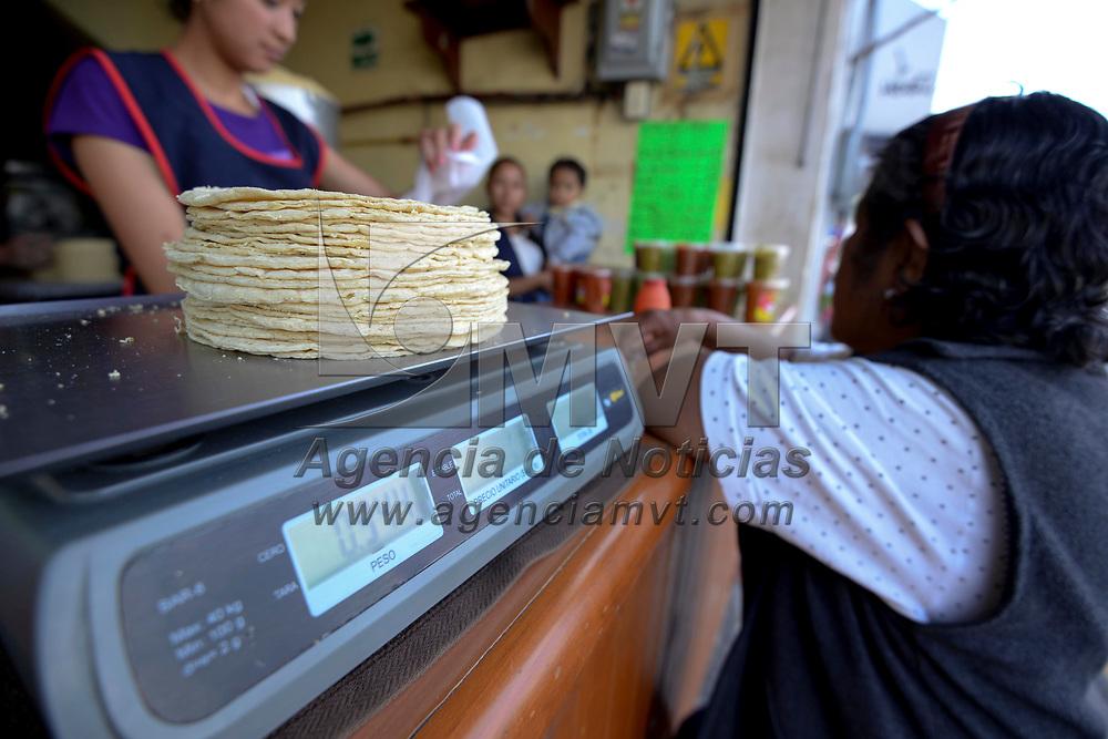 TOLUCA, México (Julio 23, 2017).- El incremento en el precio de la gasolina y la energía eléctrica han influido en el costo al público de la tortilla e impactado los bolsillos de los consumidores, por lo que muchas personas para no dejar de consumir este alimento han optado por comprar menos. Agencia MVT / Crisanta Espinosa