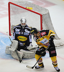 02.02.2016, Albert Schultz Eishalle, Wien, AUT, EBEL, UPC Vienna Capitals vs Dornbirner Eishockey Club, Platzierungsrunde, im Bild David Madlener (Dornbirner EC) und Jonathan Ferland (UPC Vienna Capitals) // during the Erste Bank Icehockey League placement round match between UPC Vienna Capitals and Dornbirner Eishockey Club at the Albert Schultz Ice Arena, Vienna, Austria on 2016/02/02. EXPA Pictures © 2016, PhotoCredit: EXPA/ Thomas Haumer