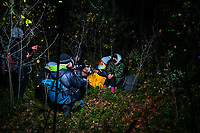 Okolice Michalowa, woj. podlaskie, 06.10.2021. W lesie aktywisci z grup pomocowych odnalezli w lesie uchodzcow, ktorzy pare dni wczesniej przekroczyli nielegalnie granice polsko-bialoruskiej, dwa malzenstwa irackich Kurdow z dziecmi w wieku 1 roku i 3 lat. Po 1,5 godzinie oczekiwania, patrol SG zabral uchodzcow do placowki Strazy Granicznej w Michalowie. N/z Kurdowie zostali odnalezieni w lesie, prosili o azyl polityczny w Polsce i blagali zeby nie cofnac ich na Bialorus fot Michal Kosc / AGENCJA WSCHOD