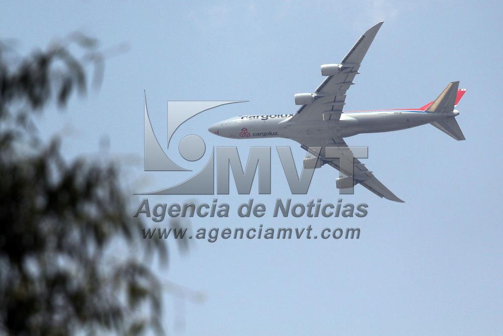Toluca, México.- Un avión Boeing 747 de carga propiedad de la empresa Cargolux realizo otra vez varios vuelos sobre la ciudad durante una operación de certificación y operatividad del aeropuerto Internacional de Toluca. Agencia MVT / Arturo Rosales Chávez. (DIGITAL)