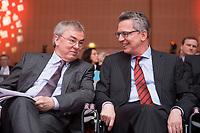 12 JAN 2015, KOELN/GERMANY:<br /> Klaus Dauderstaedt (L), dbb, Bundesvorsitzender, und Thomas de Maiziere (R), CDU, Bundesinnenminister, im Gespraech, dbb Jahrestagung 2015, Messe Koeln<br /> IMAGE: 20150112-01-151<br /> KEYWORDS: Köln, Thomas de Maizière, Gespräch