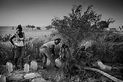 lejr i Oudja. pigerne henter vand ved en pumpe, der bruges af en lokal landmand.
