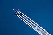 Airplain with contrails on blue background | Fly med kondensstriper på blå bakgrunn