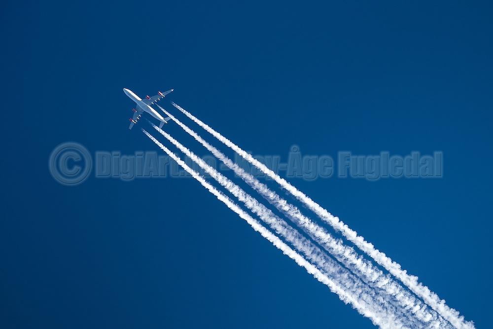 Airplain with contrails on blue background | Fly med kondensstriper på blå bakgrunn