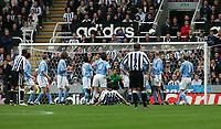 Fotball<br /> Premier League 2004/05<br /> Newcastle v Manchester City<br /> 24. oktober 2004<br /> Foto: Digitalsport<br /> NORWAY ONLY<br /> Newcastle's Laurent Robert (C) curls his free-kick past Manchester City's goalkeeper, David James