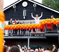 BLOEMENDAAL - keeper Flip Wijsman (Bldaal)  op het balkon     na   de derde en beslissende finale van de play-offs om de Nederlandse titel hockey, Bloemendaal-Kampong  . foto Michelle Schiphorst/ COPYRIGHT  KOEN SUYK