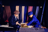 Chine. Province du Sinkiang (Xinjiang). Kashgar (Kashi). Bazar de la vieille ville. Population Ouigour. Jeune joueurs d echec// China. Sinkiang Province (Xinjiang).  Kashgar (Kashi). Old city bazar. Ouigour population. Chess player