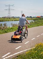AMSTERDAM - Golfbaan Waterland Amsterdam. Fietser met golftas.  COPYRIGHT KOEN SUYK