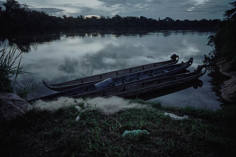 """French guiana, elahe, maroni.<br /> <br /> Depuis 1996, les amerindiens de Guyane ont des papiers d'identite. Ils ont des comptes a la poste et perçoivent maintenant des subsides de l'Etat. Proches de leur environnement naturel, ils continuent a vivre dans un systeme relativement autarcique : chasse, peche, culture de manioc dans les abattis et … RMI pour les cartouches et l'essence des pirogues. La mise en place prefectorale, dans les annees 70, d'une zone arbitraire a acces reglemente qui englobe """" leurs """" territoires veut pourtant les preserver d'une acculturation certaine. Dans ce village Wayana, le taux d'impregnation au mercure depasse le seuil maximum fixe par l'OMS apres la pollution de Minamata."""