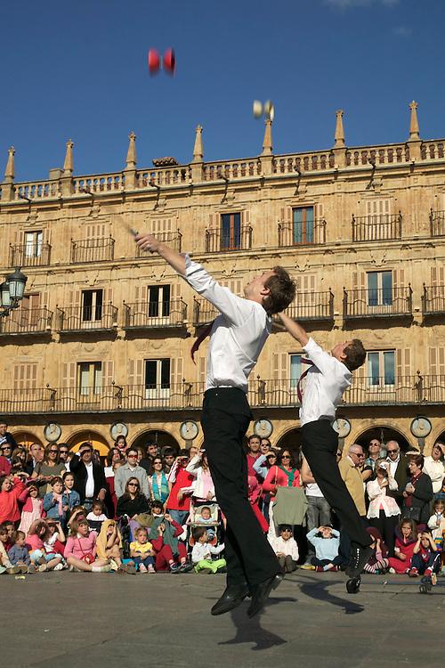 España. Castilla-La Mancha. Salamanca <br /> Espectáculo de juegos malabares en la Plaza Mayor<br /> <br /> © JOAN COSTA