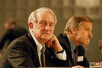 1998 JAN 31, DORTMUND/GERMANY<br /> Johannes Rau, SPD, Ministerpräsident Nordrhein-Westfalen, und Wolfgang Clement, SPD, Wirtschaftsminister Nordrhein-Westfalen, auf dem Landesparteitag der SPD NRW<br /> IMAGE: 19980131-01/01-32
