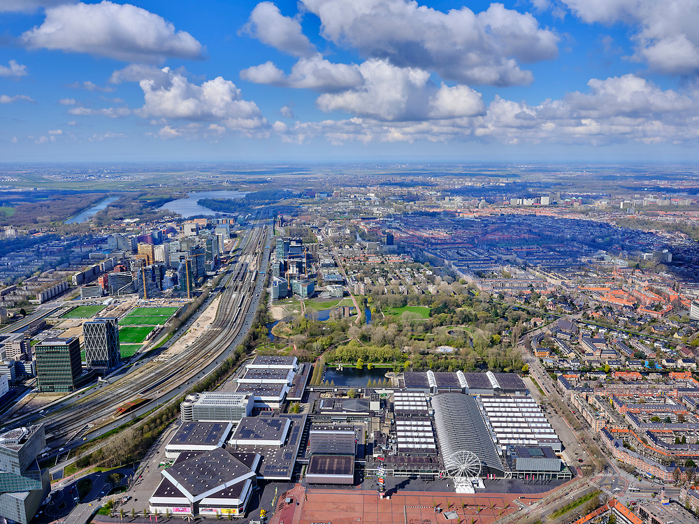Nederland, Noord-Holland, Amsterdam; 16-04-2021; Zuidas, zicht op RAI Amsterdam, evenementencomplex voor shows, beurzen en congressen. Achter de Rai het Beatrixpark. <br /> Zuidas, view of RAI Amsterdam, event complex for shows, fairs and conferences. Behind the Rai the Beatrixpark.<br /> luchtfoto (toeslag op standard tarieven);<br /> aerial photo (additional fee required)<br /> copyright © 2021 foto/photo Siebe Swart