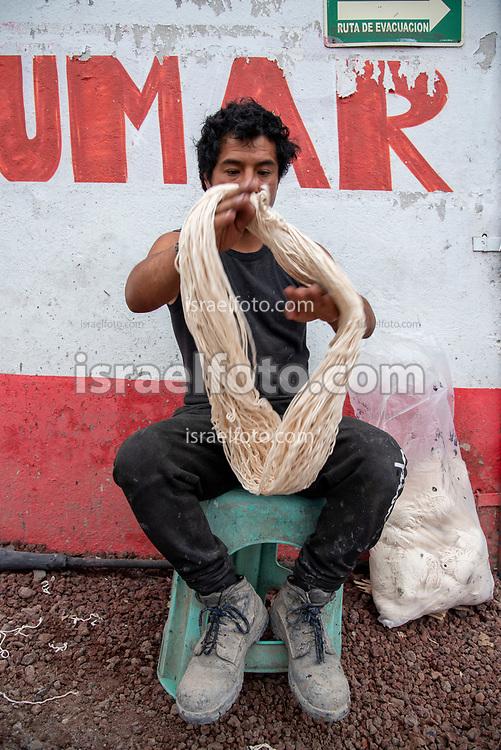 28 julio 2021, Tultepec, Estado de México. Trabajador pirotécnico elaborando mecha en un taller de La Saucera.