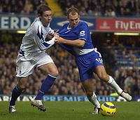 Fotball<br /> Premier League 2004/2005<br /> 06.11.2004<br /> Foto: SBI/Digitalsport<br /> NORWAY ONLY<br /> <br /> Chelsea v Everton<br /> <br /> Chelsea's Arjen Robben and Everton's Alan Stubbs