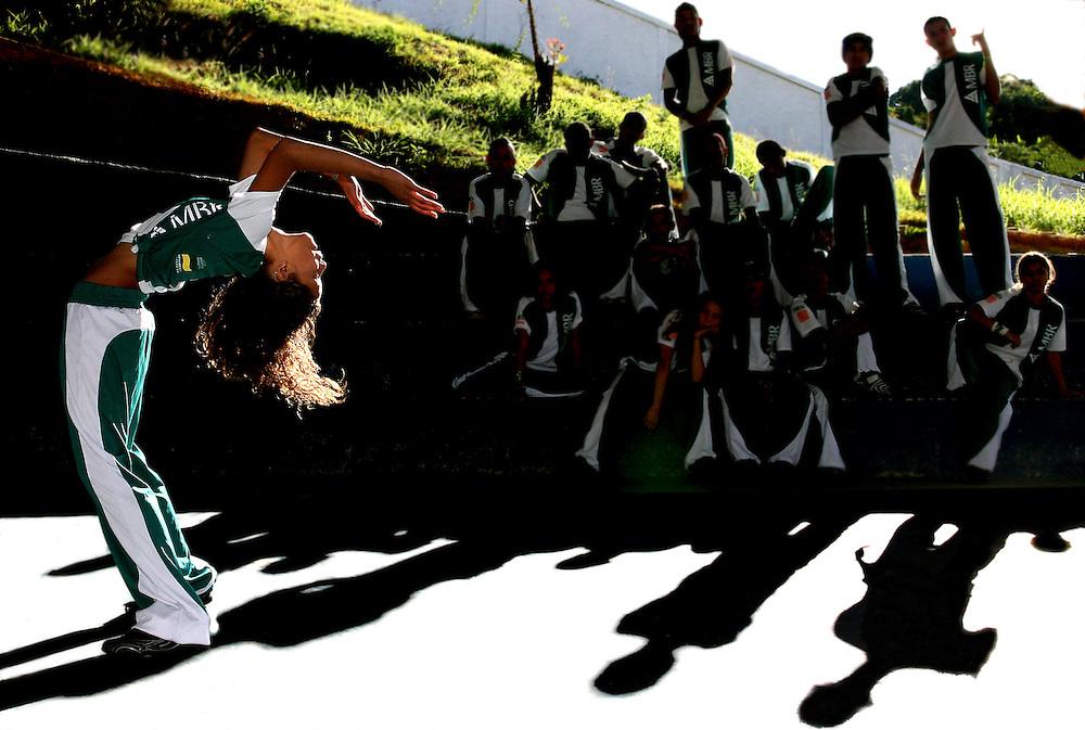 Raposos_MG, Brasil...Adolescentes fazendo Street Dance do Projeto Fred, na cidade de Raposos, na quadra da escola Agua Limpa...Teenagers doing Street Dance in the Fred project, in the Raposos town, in the Agua Limpa school...FOTO: BRUNO MAGALHAES / NITRO.