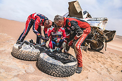 Giniel de Villiers (ZAF) helps during stage 4 of Rally Dakar 2019 from Arequipa to Tacna, Peru on January 10, 2019. // Flavien Duhamel/Red Bull Content Pool // AP-1Y3A64DX52111 // Usage for editorial use only // Please go to www.redbullcontentpool.com for further information. //