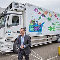 Nederland, Zaandam, 15 mei 2017.<br /> Ingebruikname eerste e-trucks voor Albert Heijn.<br /> De Amsterdamse wethouder Abdeluheb Choho, wethouder Duurzaamheid neemt de eerste van de twee e-trucks in gebruik die Albert Heijn-supermarkten in Amsterdam gaan bevoorraden.<br /> Op de foto: links Wim roks Wagenparkbeheerder bij Simon Loos<br /> <br /> Foto: Jean-Pierre Jans<br /> <br /> The Netherlands, Zaandam, May 15, 2017. <br /> Commissioning of the first e-trucks for supermarket chain Albert Heijn. On the picture: Right Wim Roks fleet manager of Simon Loos.<br /> Photo: Jean-Pierre Jans
