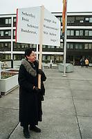 """06 FEB 1998, BONN/GERMANY:<br /> Demonstrantin mit Plakat vor dem Bundesratsratsgebäude, Bundearat, Debatte """"Großer Laushangriff""""<br /> IMAGE: 19980206-01/01-04<br />  <br />  <br />  <br /> KEYWORDS: Demo, Domonstrant"""