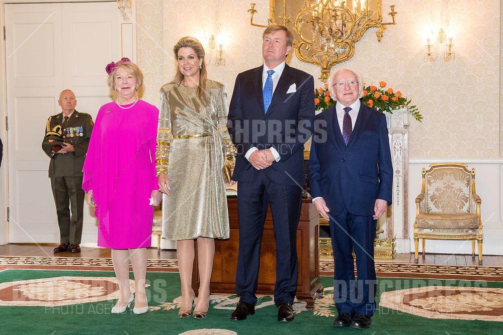 Koning Willem-Alexander en koningin Maxima met president Michael Higgins en zijn vrouw Sabina tijdens de Welkomstceremonie en het ontvangst in het Presidentieel Paleis Aras an Uachtarain in Dublin, op dag 1 van het 3-daags staatsbezoek van het Nederlands Koningspaar aan Ierland.