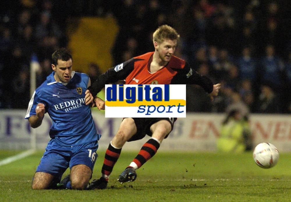Fotball<br /> FA Cup tredje runde<br /> 08.01.2005<br /> Foto: SBI/Digitalsport<br /> NORWAY ONLY<br /> <br /> Cardiff City v Blackburn Rovers<br /> <br /> Chris Barker L gives Paul Gallagher of Blackburn a tug back.