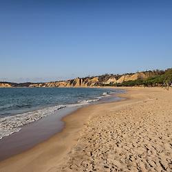 Uma tarde calma e ensolarada na praia de Sangano em Angola, apreciando a areia dourada e a água fresca e azul do atlántico. Província do Bengo. Angola.