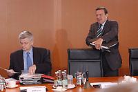 28 MAY 2003, BERLIN/GERMANY:<br /> Joschka Fischer (L), B90/Gruene, Bundesaussenminister, und Gerhard Schroeder (R), SPD, Bundeskanzler, mit einem Stapel Akten, vor Beginn der Kabinettsitzung, Bundeskanzleramt<br /> IMAGE: 20030528-01-023<br /> KEYWORDS: Kabinett, Sitzung, Gerhard Schröder, Akte, Unterlagen