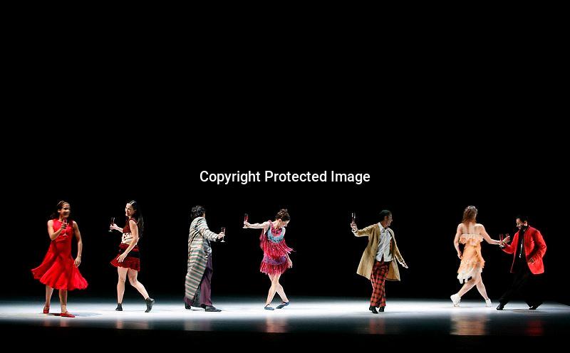 """V. 21. Valencia, 18/10/2006. Los bailarines de la compañia de danza """"Ananda Dansa"""" durante un momento de la representación del espectáculo """"Alma"""" que se estrena mañana en el Teatro Principal. La compañia ha recibido hoy el premio nacional de danza 2006 en la modalidad de creación. EFE/Kai Försterling"""