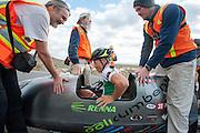 Andrea Gallo in de PulsaR van Policumbent, het team van de universiteit van Turijn. In Battle Mountain (Nevada) wordt ieder jaar de World Human Powered Speed Challenge gehouden. Tijdens deze wedstrijd wordt geprobeerd zo hard mogelijk te fietsen op pure menskracht. Ze halen snelheden tot 133 km/h. De deelnemers bestaan zowel uit teams van universiteiten als uit hobbyisten. Met de gestroomlijnde fietsen willen ze laten zien wat mogelijk is met menskracht. De speciale ligfietsen kunnen gezien worden als de Formule 1 van het fietsen. De kennis die wordt opgedaan wordt ook gebruikt om duurzaam vervoer verder te ontwikkelen.<br /> <br /> Andrea Gallo in the Pulsar of Policumbent, the team of the university of Turin. In Battle Mountain (Nevada) each year the World Human Powered Speed Challenge is held. During this race they try to ride on pure manpower as hard as possible. Speeds up to 133 km/h are reached. The participants consist of both teams from universities and from hobbyists. With the sleek bikes they want to show what is possible with human power. The special recumbent bicycles can be seen as the Formula 1 of the bicycle. The knowledge gained is also used to develop sustainable transport.