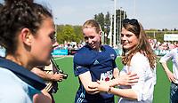 LAREN -  Hockey - keeper Joyce Sombroek (Laren) met Pam van Asperen (Laren)  . Oranje Rood plaatst zich voor Play Offs.  Vreugde na afloop bij  Shihori Oikawa (Oranje-Rood)   COPYRIGHT KOEN SUYK