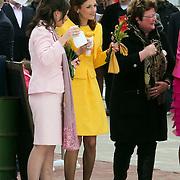 NLD/Makkum/20080430 - Koninginnedag 2008 Makkum, Anita van Eijk en Aimee Sohngen drinken een kopje koffie